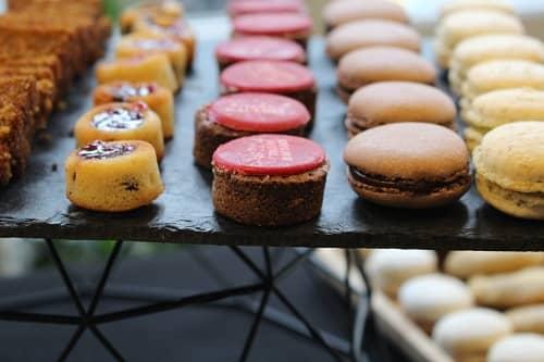 Fondant au chocolat, macaron et tigrés du vélo du soir traiteur Paris